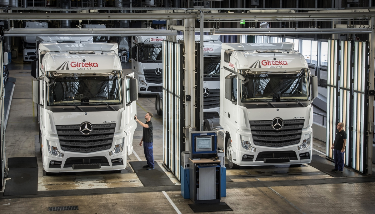 Mercedes benz trucks hands over the symbolic key to for Mercedes benz parts distribution center